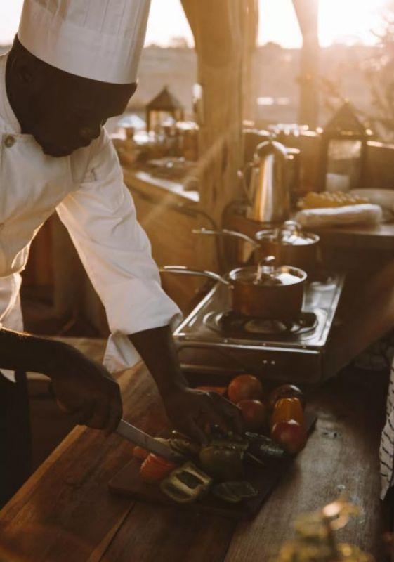 Der Chefkoch bereitet das Essen