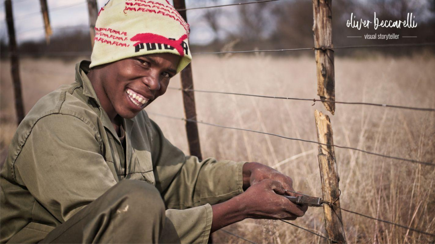 Zäune reparieren ist eine der wichtigsten Aufgaben eines Farmarbeiters