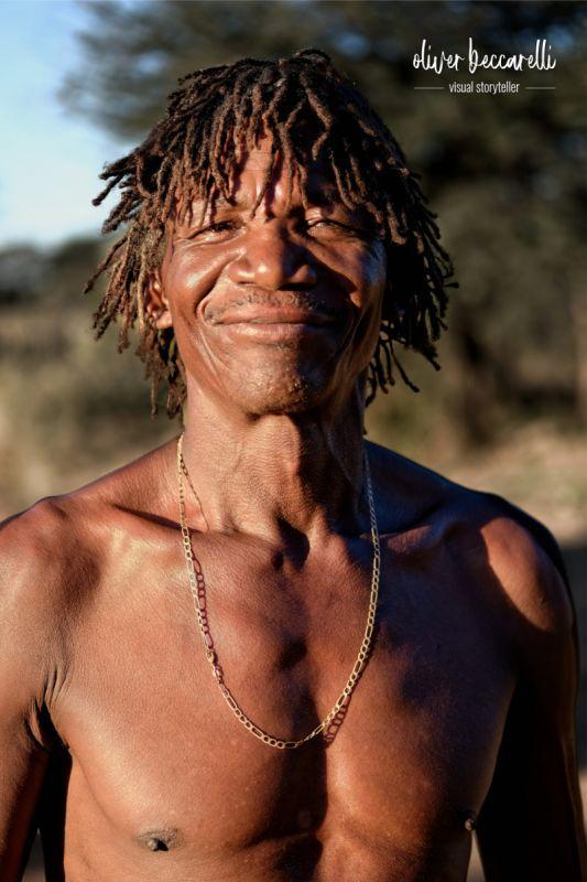 Er ist professioneller Spurenleser in einer Anti Poaching Einheit. Zum Schutz der Nashörner